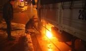 Hy hữu: Quá rét, tài xế đốt lửa nướng bình dầu ô tô
