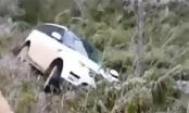 Xế hộp Range Rover đắt tiền rơi xuống dốc trên đường đi ngắm tuyết