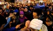 Hà Nội: Biển người chen lấn, xô đẩy xin lộc chùa Phúc Khánh