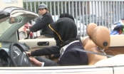 Hà Nội: Nam thanh niên bịt mắt lái Volkswagen