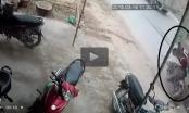 Clip: Xe tải dừng đột ngột, xe máy tông mạnh trực diện từ phía sau