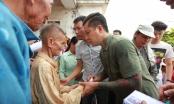 Ca sĩ Tuấn Hưng và MC Phan Anh trực tiếp trao quà cho hơn 500 hộ dân ở Quảng Bình