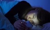 Gây mù tạm thời và ung thư nếu dùng điện thoại trong bóng tối