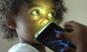 Cho trẻ nghe điện thoại như đang giết con