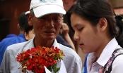 Nữ thí sinh xúc động khi được ông ngoại tặng hoa