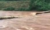 Lai Châu: Hàng chục trẻ em la hét bỏ chạy khi cầu bị lũ cuốn trôi