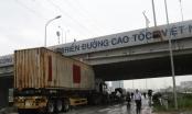 """TP HCM: Nâng cao rơ mooc khiến xe container """"mắc cạn"""