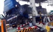 Clip xe tải mất lái đâm nát trạm thu phí Ninh An