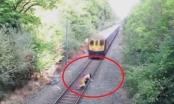 Clip: Nghẹt thở nhân viên đường sắt lao qua mũi tàu hỏa cứu người trong tích tắc