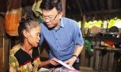 Bộ trưởng Bộ Tư pháp Lê Thành Long về miền Trung trao hỗ trợ cho người dân bị ảnh hưởng lũ lụt