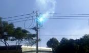 Cột điện phát nổ như pháo hoa, người đi đường tháo chạy