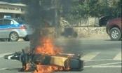 Hà Nội: Xe máy bốc cháy ngùn ngụt trên đường