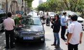 Hàng loạt ôtô biển xanh đậu trên vỉa hè Sài Gòn bị xử phạt