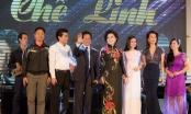 Khán giả ngồi chật kín sân khấu, lặng im nghe danh ca Chế Linh hát