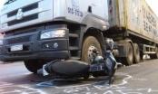 Xe container va chạm xe máy, cụ ông bị cán nát chân