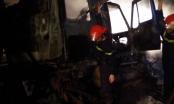 Đâm vào giải phân cách, xe Container cháy rụi phần đầu