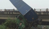 Hà Nội: Gặp nạn liên tiếp, xe container treo lơ lửng trên thành cầu Thanh Trì