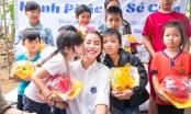 """Phạm Hương xúc động tặng """"heo đất"""" tiết kiệm cho trẻ em nghèo bãi giữa sông Hồng"""