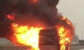 Xe giường nằm bốc cháy dữ dội trên quốc lộ
