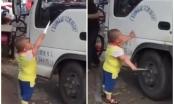 [Clip]: Bé trai 5 tuổi cầm dao uy hiếp tài xế ngay chốn đông người