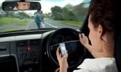 Vừa lái ô tô vừa dùng tay sử dụng điện thoại bị phạt ra sao?