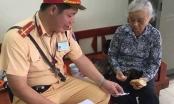 Hà Nội: CSGT Đội 6 giúp một cụ già bị kẻ gian rạch túi lấy hết tiền về quê