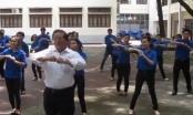 Clip: Thầy giáo dạy nhảy đàn gà con đốn tim cư dân mạng