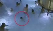 [Clip]: Bé trai 5 tuổi đuối nước giữa bể bơi đông người