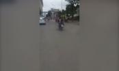 [Clip]: Nam thanh niên nằm ngửa điều khiển xe máy bằng chân trên đường phố Hà Nội