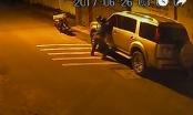 Clip: Nam thanh niên mặc áo GrabBike bẻ gương ô tô trong tích tắc