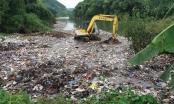 """Hà Giang: Dân phản ánh ô nhiễm, xã thuê máy xúc đẩy """"núi"""" rác xuống suối"""