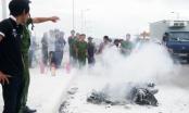 Khánh Hòa: Chiếc xe máy bốc cháy dữ dội trên cầu Bình Tân