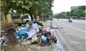 """Cận cảnh những """"núi rác"""" bủa vây trên nhiều tuyến phố Thị xã Sơn Tây"""