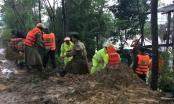 Nghệ An: Hàng trăm người đội mưa giải cứu đê sông Vinh