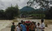 Phú Thọ: Hàng chục người băng rừng, lội suối đưa người phụ nữ đi cấp cứu trong mùa mưa lũ