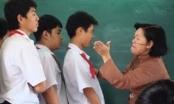 Xôn xao clip giáo viên tiểu học cầm giày cao gót đánh rồi đạp học sinh
