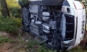 Xế hộp Range Rover mới cóng mất lái phơi bụng bên quốc lộ