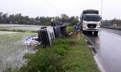 Quảng Nam: Mưa lớn, đường trơn trượt xe chở thức ăn gia xúc lật nghiêng dưới ruộng