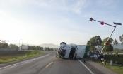 Quảng Ngãi: Người dân giúp tài xế gom trái cây sau khi xe container bị lật