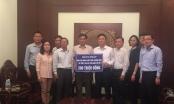 Bộ trưởng Lê Thành Long trao quà hỗ trợ người dân 3 tỉnh bị lũ lụt