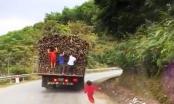 Phát hoảng với Clip trẻ em đu bám theo chiếc ô tô đang lưu thông trên quốc lộ