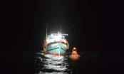 Cứu nạn 12 thuyền viên trên tàu cá gãy bánh lái, cách bờ 48 hải lý