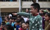 Các cháu trường Mầm non Họa Mi, thích thú xem múa rối nước tại sân trường