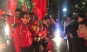 Phó Thủ tướng Vũ Đức Đam ăn mừng chiến thắng của U23 Việt Nam cùng hàng ngàn người trên đường phố