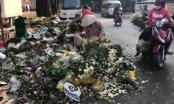 Hàng tấn hoa bị vứt sau ngày 8/3, người dân mót mang về chưng