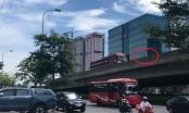 Sốc: Xe máy ép xe khách đi lùi trên đường vành đai 3 tại Hà Nội