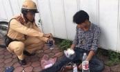 Người đàn ông bất tỉnh trên đường được CSGT giúp đỡ
