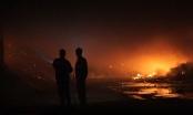 Bình Dương: Xưởng chứa mùn cưa bốc cháy dữ dội