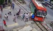 Thanh Hóa: Kinh hoàng xe khách húc tung barie đường sắt khi tàu sắp tới