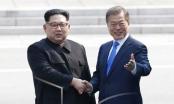 Video: Ông Kim Jong-un cùng người dân Triều Tiên cờ hoa tưng bừng chào đón Tổng thống Hàn Quốc